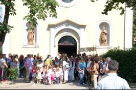 Viškovo ispred crkve